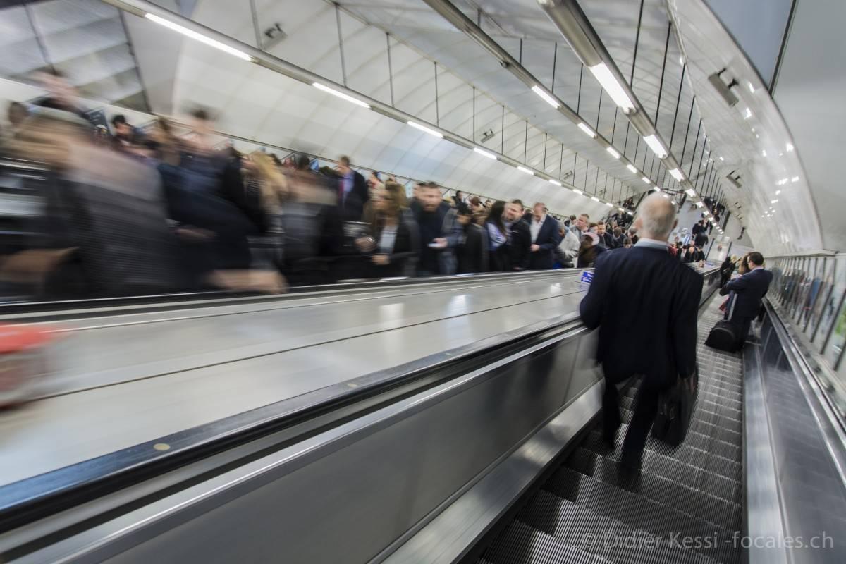 Londres: Descente dans le métro londonien.